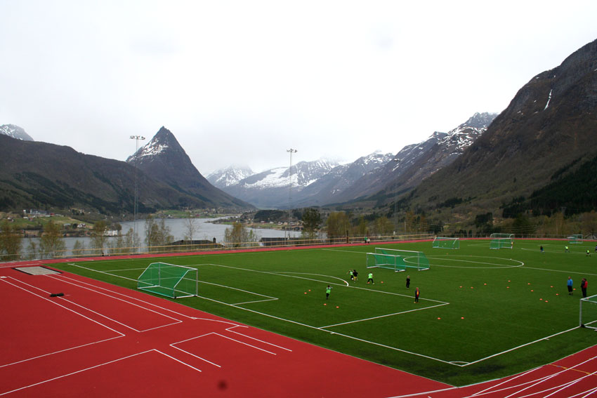 Ikornnes stadion er i bruk heile året så sant det ikkje er snø på bakken. - Då går det ikkje ein dag utan at her er trening på gang, fortel leiar i friidrettsgruppa på Ikornnes, Steinar Grøvik. (Foto: Hanne Suorza)