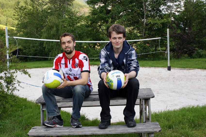Martin Brunstad Høydal og Henning Tandstad er nestleiar og leiar i Straumgjerde Vel. Sandvolleyballbana er klar til match. (Foto: Straumgjerde i Vinden)