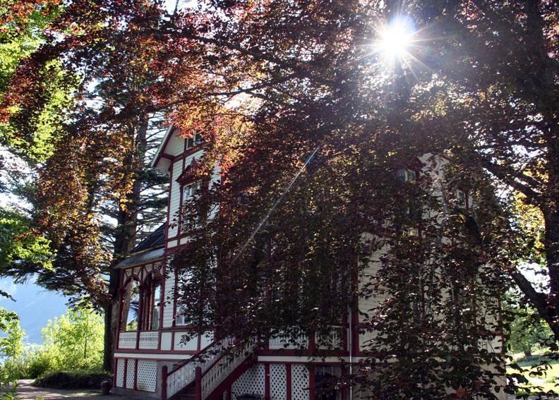 Planen er å utvikle området ved Berlihuset på Klokkarhaugen. Nye idear skal få blomstre. (Foto: Hanne Suorza)