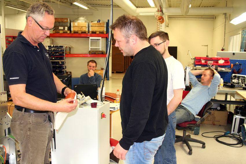 Amatec og Ekornes samarbeider om forskning på ny sømteknologi. Her er Leif-Jarle Aure (Ekornes) i samtale med Tor Ronny Gjelsenli (Amatec). Bak ser vi Terje Riksheim (Amatec) Kenneth Revne (Ekornes) og Svein Even Blakstad (Amatec) (Foto: Hanne Suorza)