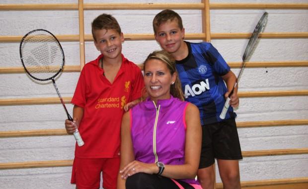 August og Henrik lærer å spele badminton i Sykkylven storhall. Mor Cecilie deler tips og triks. (Foto: Hanne Suorza)