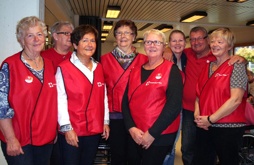 Frå venstre: Karin Holen, Solrun Ask, Arnhild Strand, Anne Lise Riksheim, Sylvia Taraldsen, Anita Strømme (dagsenteret), Rolf Louis Hansen og Kari Lise Belden. (Foto: Hanne Suorza)