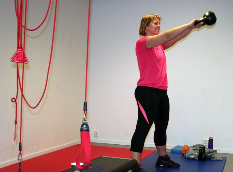 Vibeke Skinnes Hauge med kettlebells i handa. Ho opplever at jamn trening med vektkulene gir gode resultat. (Foto: Hanne Suorza)
