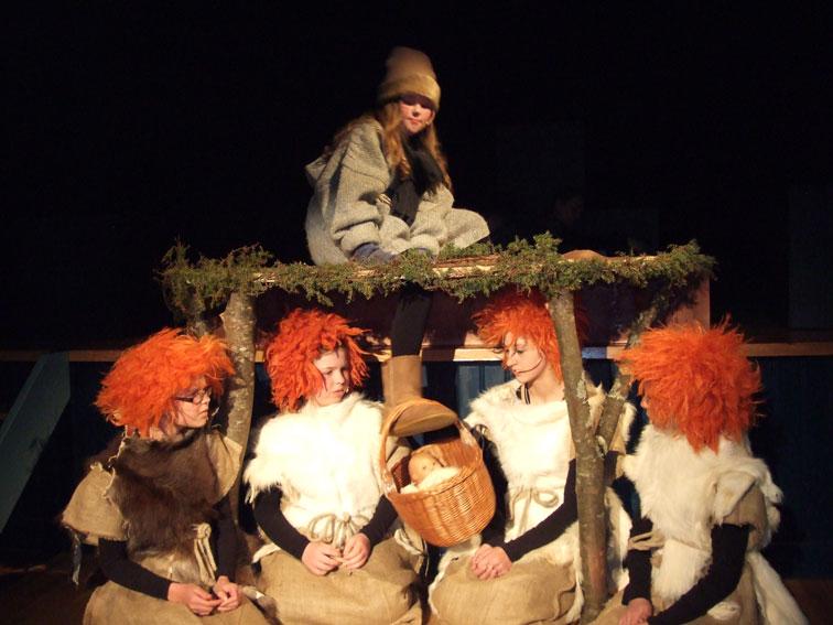 "I 2012 viste Juba teaterstykket ""Hvorfor det da?"". Om lag 300 personar kom for å sjå framsyningane på Vaarvon."