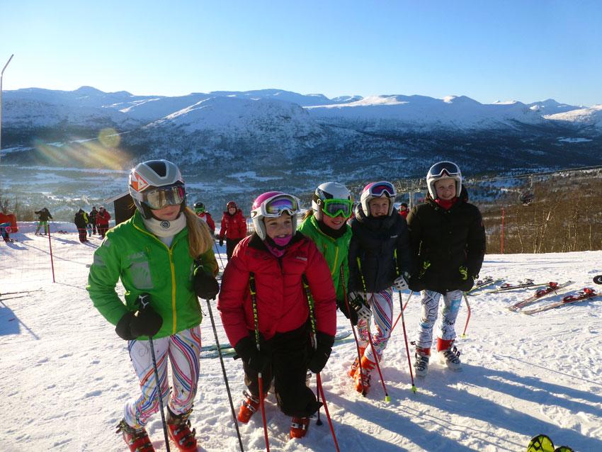 Jenter fra Sykkylven og Spjelkavik alpin som er sammen på trening.