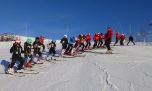 Løpere fra flere klubber som besiktiger en løype før en kretstrening. Treneren i bildet er leder i Møre og Romsdal skikrets, Stig Aambø.